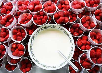 http://4.bp.blogspot.com/_56mtJUy17hI/TC4cr0zAS8I/AAAAAAAAAQg/UzDLs8x7ZLk/s1600/Strawberries+and+Cream.jpg