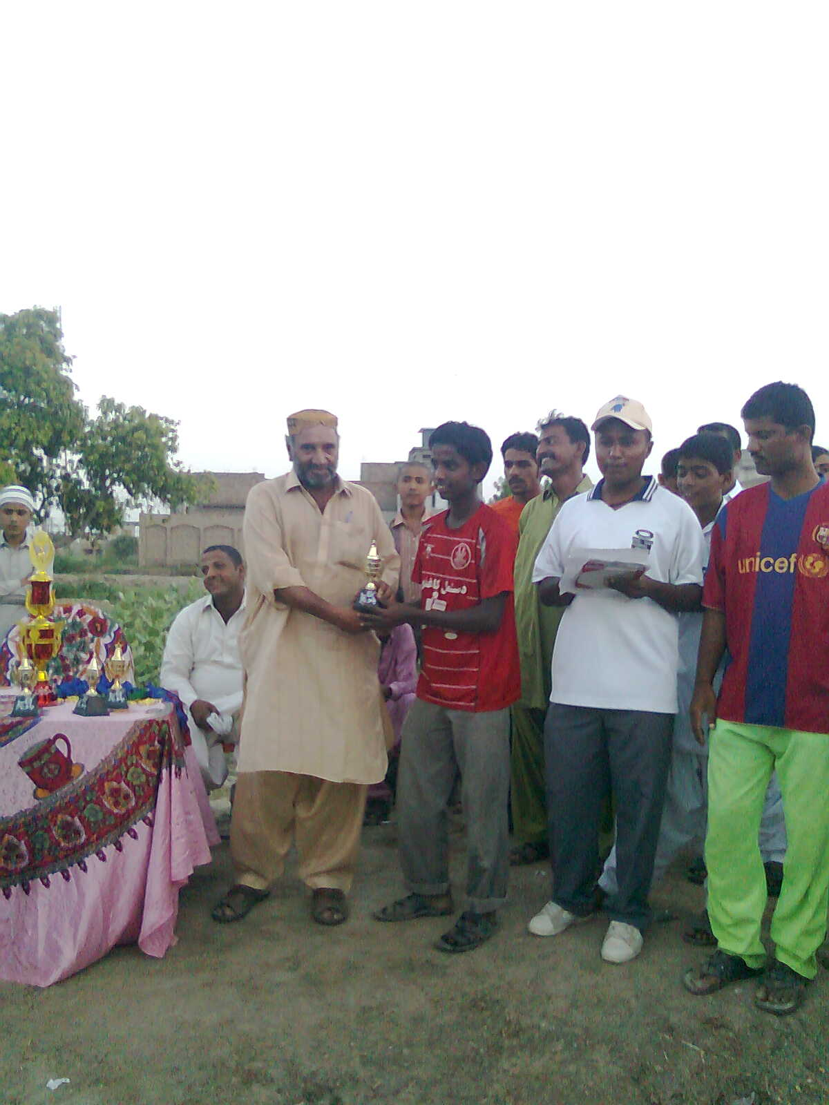 KING BALOCH,S GOOD PLAYER RAHAT ALI GETS BEST PALYER TROPHY TO CHIEF GUEST MR; BABY SHAH