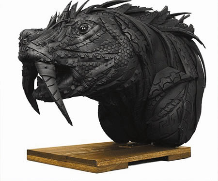 Patung kepala naga dari bahan ban bekas