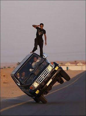 Gambar Extreme - Mengenderai Mobil Posisi Miring
