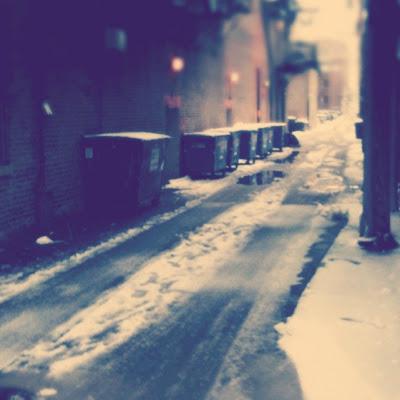 rua deserta com neve e frio