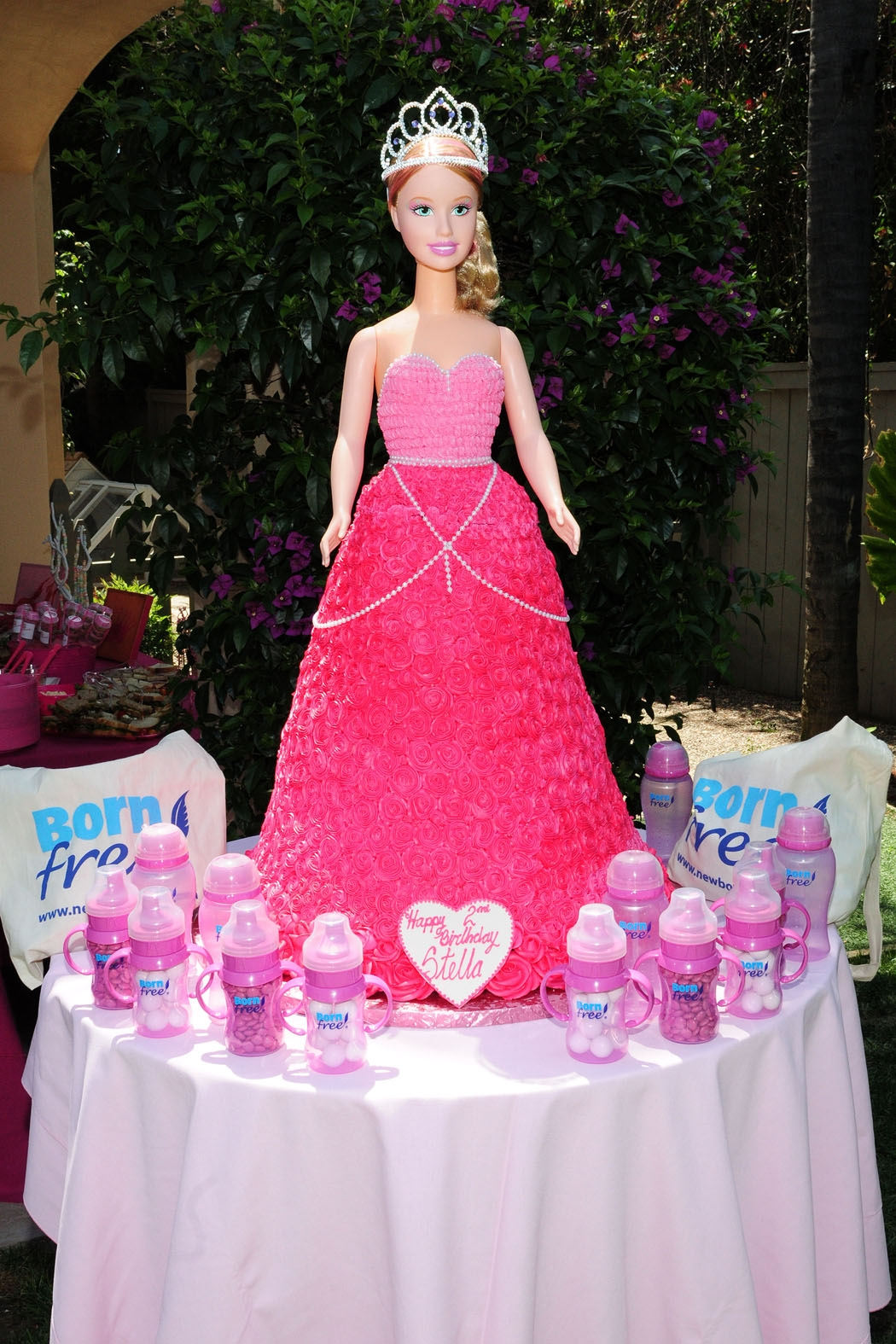http://4.bp.blogspot.com/_5CqMSP13w1w/TCKVnhMlQAI/AAAAAAAADps/TE4ekFpBlJs/s1600/Barbie+Cake+.jpg