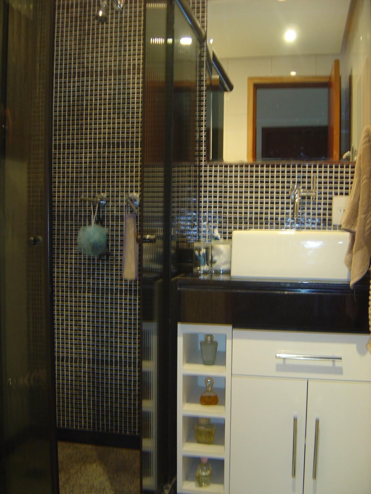 brilho. Pastilhas de vidro foscas na cor preta com argamassa branca #9B7530 1200x1600 Banheiro Com Pastilhas Douradas