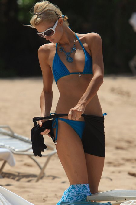 [gallery_main-0311_paris_hilton_bikini_01.jpg]