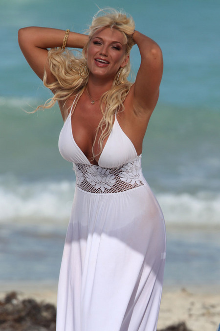[gallery_main-0420_brooke_hogan_bikini_15.jpg]