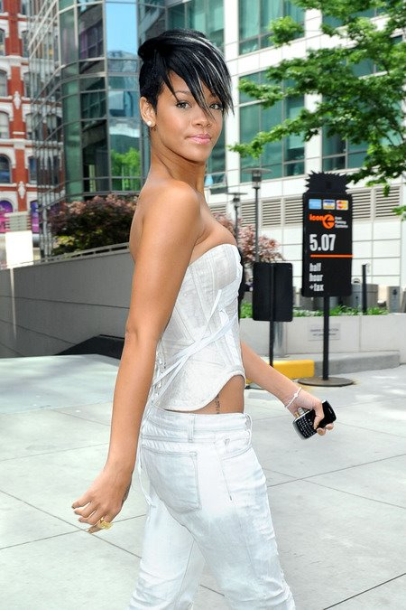 [gallery_main-0507_rihanna_nyc_02.jpg]