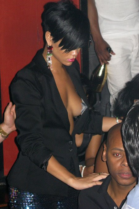 [gallery_main-0706_rihanna_pasties_03.jpg]