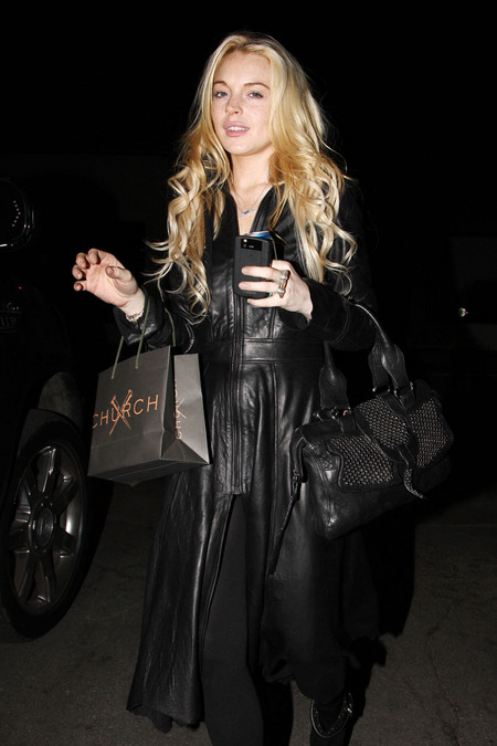 [gallery_main-1108_lindsay_lohan_shopping_01.jpg]