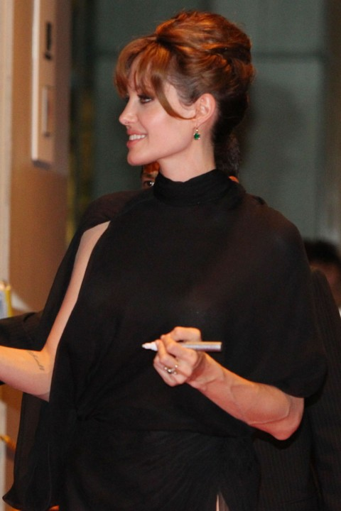http://4.bp.blogspot.com/_5MwaaS2L6UA/TFLEtl6lyfI/AAAAAAAAOEk/T8LQBduXxfY/s1600/0727-angelina-jolie-see-through-08-480x720.jpg