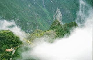 La ciudadela de Machu Picchu se vislumbra tímidamente entre la niebla