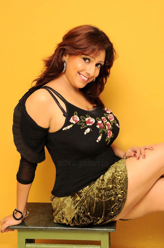 Aishwarya rai boobs cleavage show in guru song - 1 5