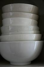 En trave skålar i vitt