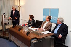 Minister Van Middelkoop ontvangt het visiedocument 'Woningmarkt in beweging' van Marlies Pernot, Rob Mulder en Bob Maas