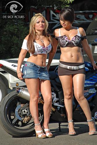Mulhere com sainha de moto, gostosa de sainha, mulher de saia com moto, mulher de vestido e moto, babes on bike with skirt, Women on bike with skirt, babe dress and bike, woman dress and bike, sexy on bike