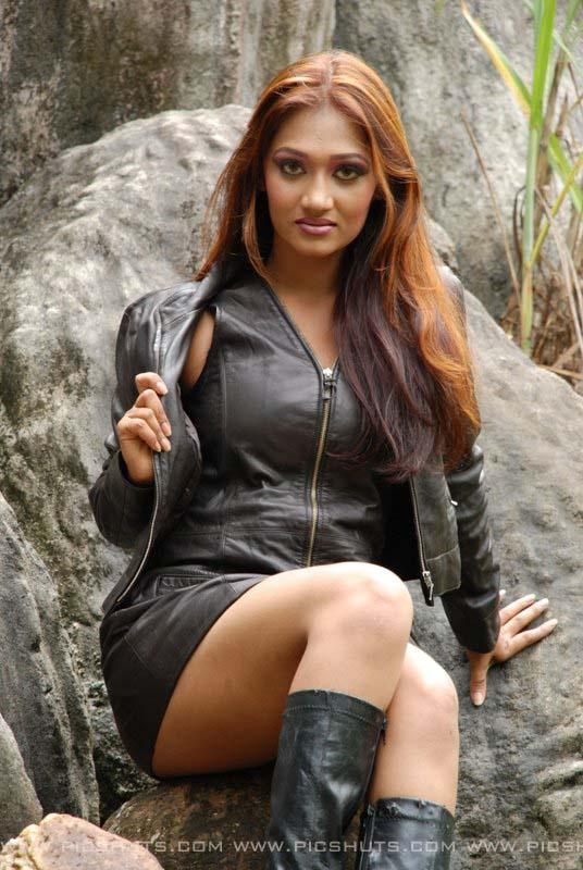 SL Hot Actress Pics: Hot And Sexy Upeksha Swarnamali's Black