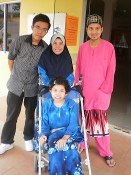 Bersama ibu ke Pot Luck Raya rakan facebook - 3 Okt.2010.