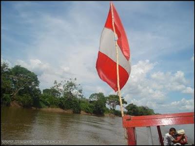 bandera del peru en un bote en el rio mayo, moyobamba (peru)