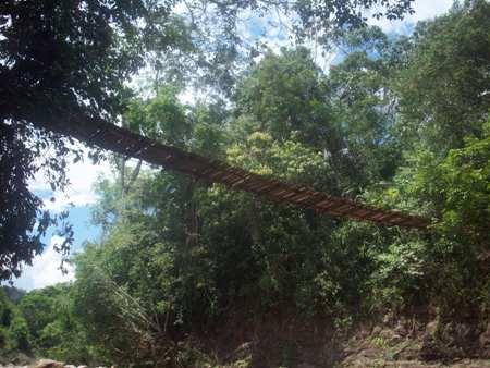 Puente colgante que va a las cascadas de Lahuarpía (Moyobamba, Perú)