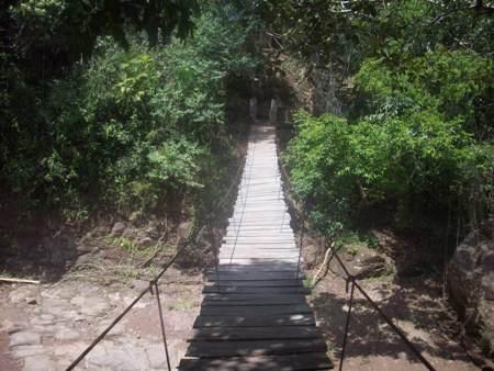 Puente colgante que va a las cascadas de Lahuarpía en Moyobamba, Perú