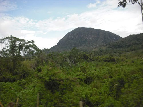 Morro de Calzada (foto tomada desde la carretera a bordo de un motocarro)