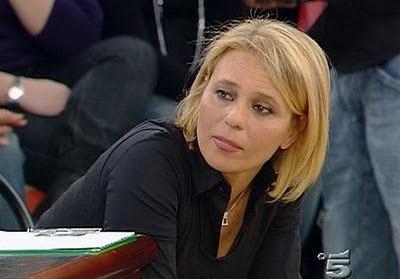 Maria De Filippi Dalla Regia Mi Stanno Passando Una Telefonata