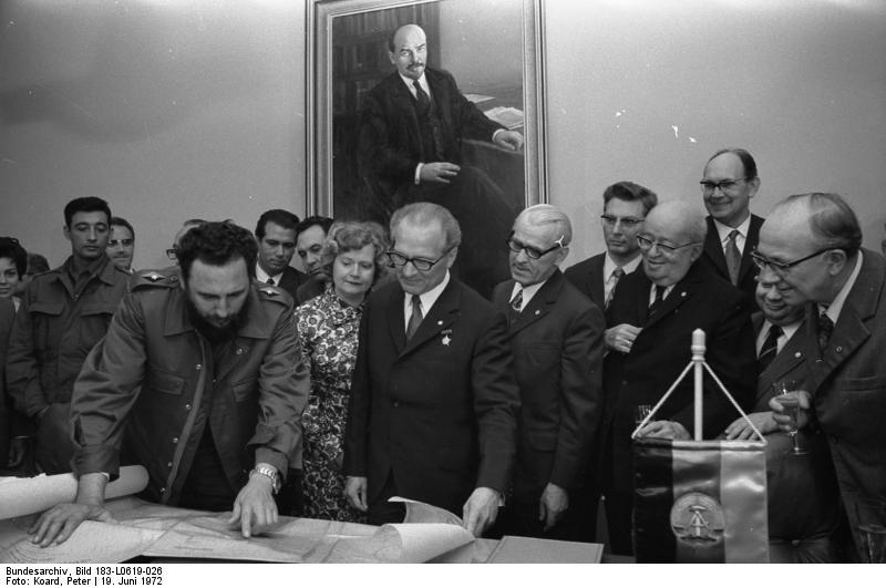 [20091003065817!Bundesarchiv_Bild_183-L0619-026,_honckerCastro,_Landkarte_Kubas.jpg]