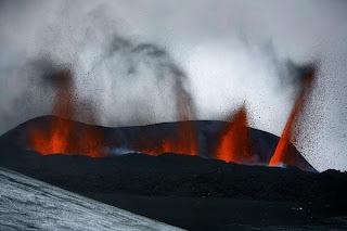 Gunung meletus di Islandia 1