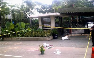 foto korban tewas bentrokan Ampera yang tergelak di depan PT Medco