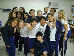 A turma mais feliz da escola. Parecemos bonecos de mola. Não paramos de pular.