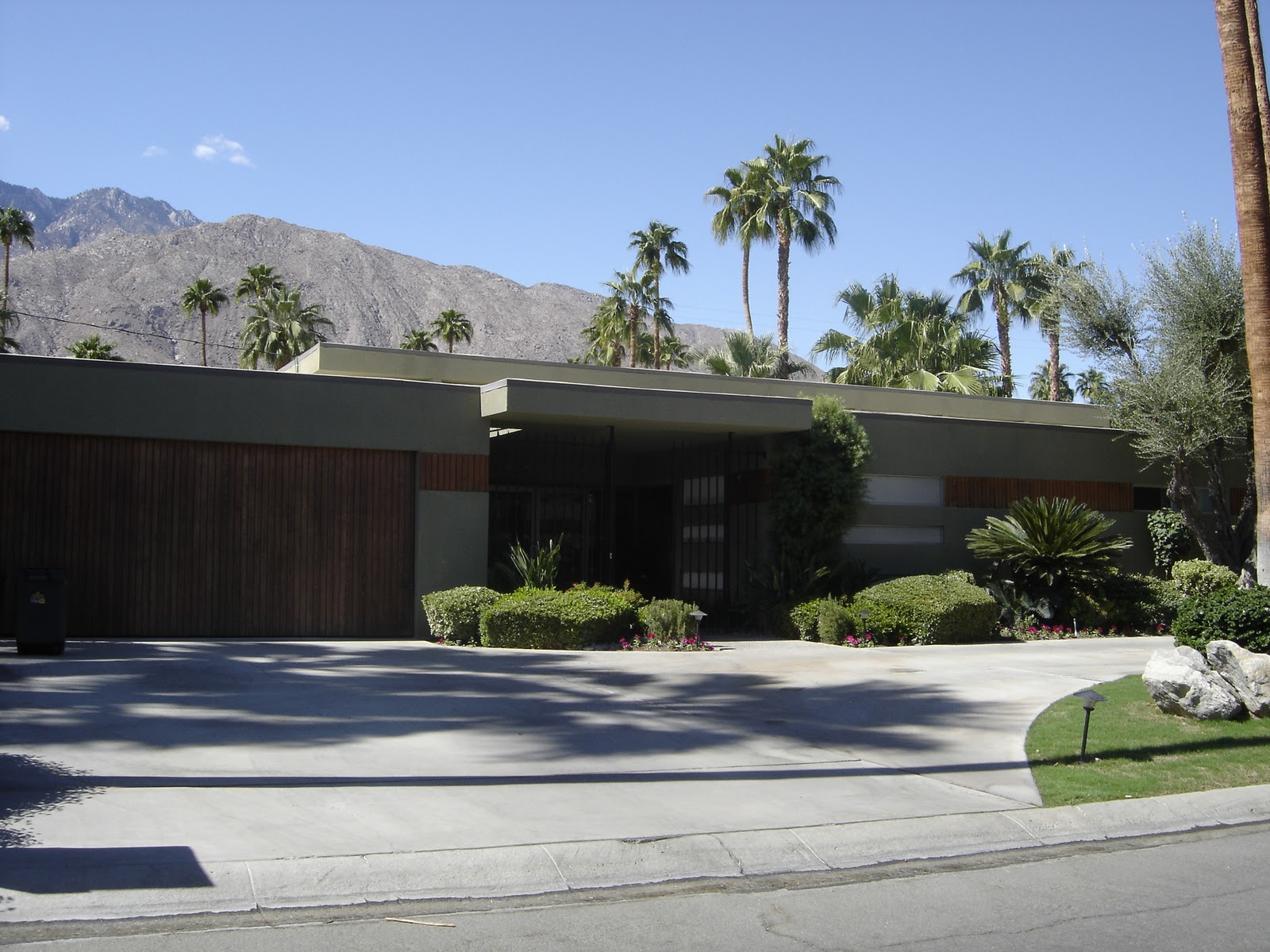 Places to go buildings to see mid century homes palm for New mid century modern homes palm springs