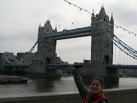 Lu sujetando Tower Bridge