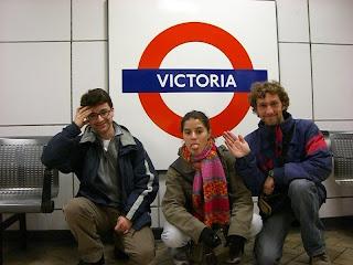 Toni, Lu y yo despidiendonos del metro en la estación de Victoria