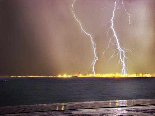 Lightning+or+Painting Striking and vivid Examples of Lightning Photography