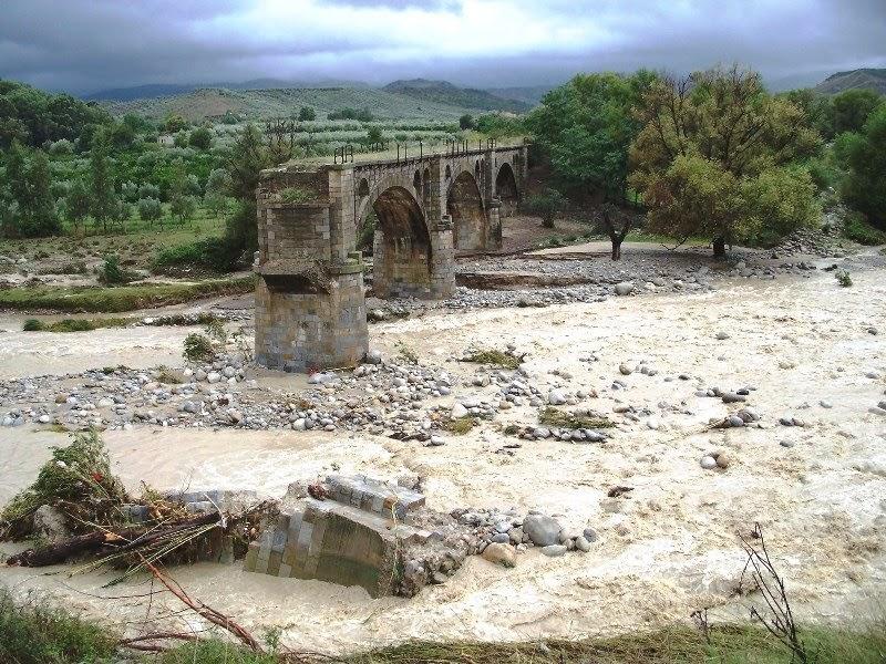 Storia di scandale il ponte sul fiume tacina for Cabine sul bordo del fiume