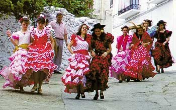 mujeres vestidas de faralaes en un pueblo de Andalucia