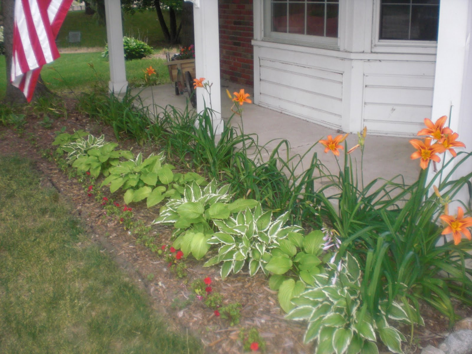 Flower beds front yard the image kid for Front yard flower bed ideas