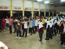 Menjalankan aktiviti bersama pelajar