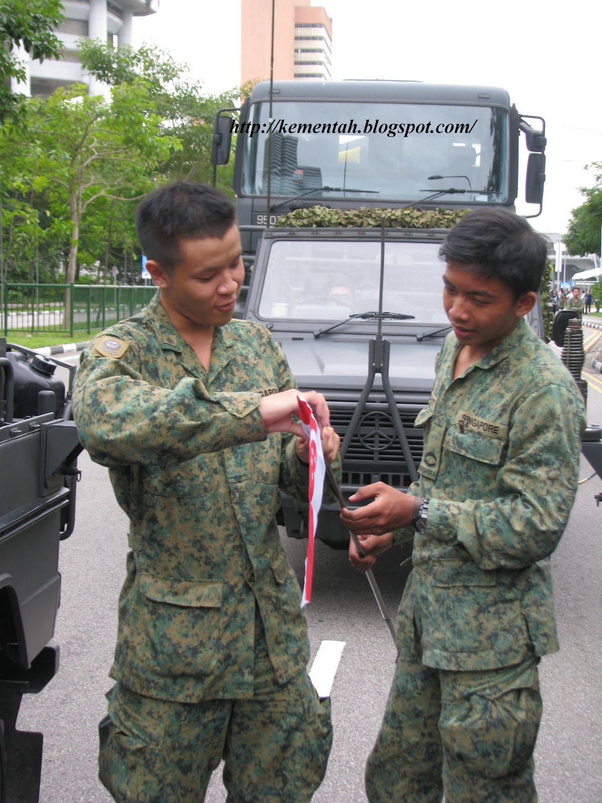 flag bearers singapore army full time national servicemen lance ...