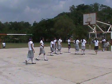ALUMNOS DE LA PROFRA. SOILA EN EDUCACION FISICA EL 21 DE OCTUBRE DEL 2010
