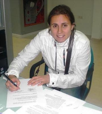 Cecilia Reiter firmando