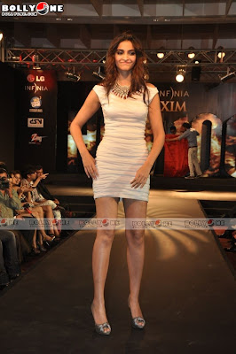 Sonam Kapoor Ramp walk - Sonam Kapoor Sizzles on ramp for Maxim