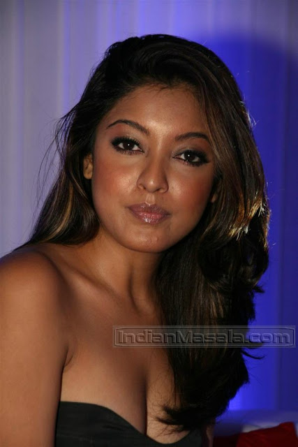 Tanushree Dutta hot cleavage @ the Lakme Fashion Week 2010