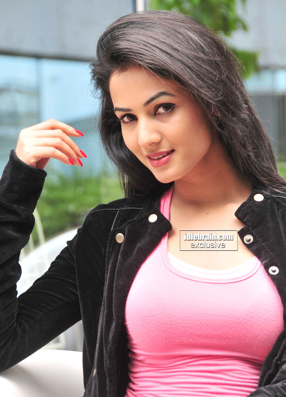 Hottie Sonal Chauhan Showing beautiful in a Tight Pink TopHottie Sonal Chauhan Showing beautiful in a Tight Pink Top