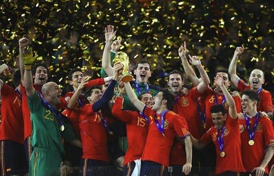 jugadores de la selección española con la copa de campeones del mundo