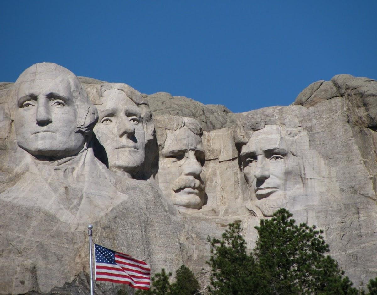 http://4.bp.blogspot.com/_6CgtTL8OqXs/TMxTNsV3vFI/AAAAAAAAAoM/V7SkCLCijPQ/s1200/Mt+Rushmore+with+Flag.jpg