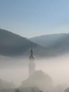 Het kerkje van Lermoos in de mist...