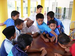 Ustaz Ahmad Saad bersama anak-anak yatim