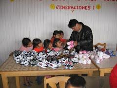 entregando donaciones de EE:UU a centro caleb