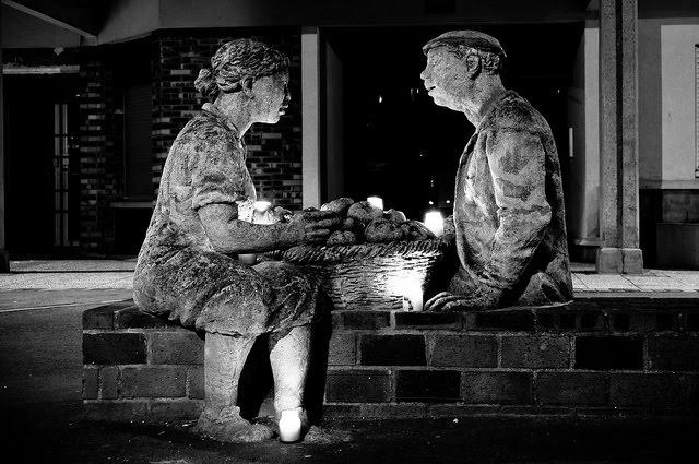 Evry Daily Photo - Statue des deux vieux de Mondineu