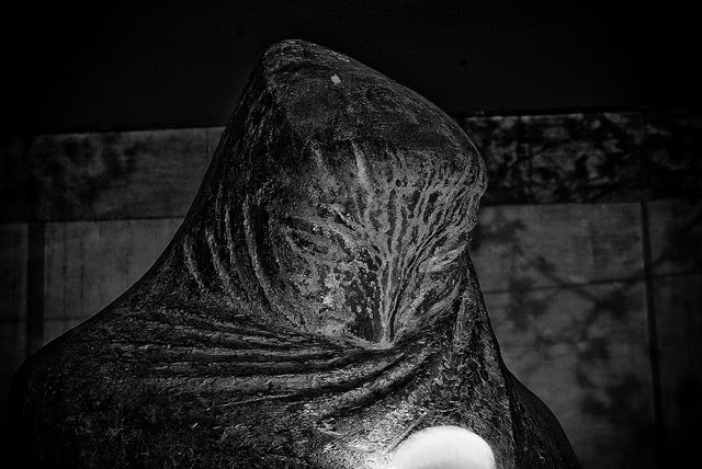Evry Daily Photo - La Pleureuse - Monument aux Morts - Sculpteur Guidot